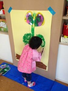 「まめ3:空まで伸びる花」 リトミックで身体表現をしながら描いた ぐんぐん伸びる花。 とっても集中して制作していました。