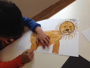 Rくん。(5歳) まず丸や四角形を使って動物の基本形を描きました。 たてがみがふさふさのライオンです。