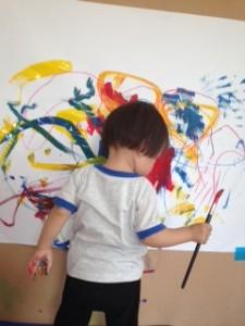 「まめ1:赤・青・黄色」 ピアノの音に合わせて大画面に絵を描きました。手が汚れても気にならなくなってきました!