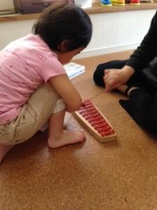 Rちゃん(3歳:まめ3) ピアノ・打楽器など色々な音を聞いては、その音を色とラインで表現してみました。