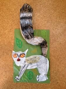 アートクラス(5歳) 動物園でワオキツネザルを見てとても気に入った様子のRくん。とくにフサフサの立派なシッポが印象的だったとのこと。そこでシッポだけフランスパンの袋を使って立体的にしてみました!