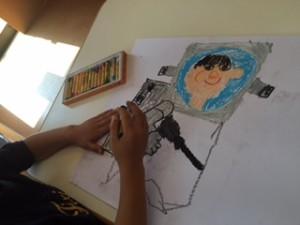 月1回アートクラス 「大きくなったら何になりたい?」と尋ねると「宇宙飛行士!」と即答したRくん。一緒にいろいろ調べて宇宙飛行士の絵を描きました。