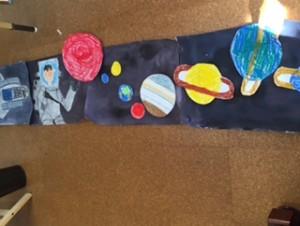 「太陽系も描きたい!」どんどん宇宙は広がって、気が付けば4切り画用紙4枚が連なりました。 「好き」ってすごい!