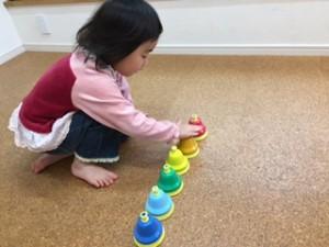 まめ3 アートリトミッククラス 耳のいいRちゃん。先生がピアノで弾いた音を聴き当てます!