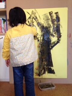 次にローラーで大きな木を描きます。 面白い枝ぶりです!