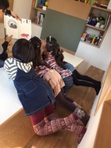 「月1回小学生アート」 今回のテーマは ~ゆきの上 ゆきの下~ まずは絵本でイメージを膨らませます!