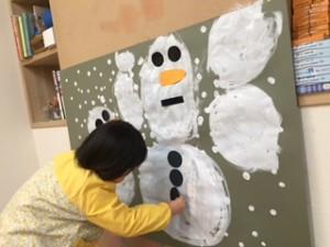 「まめ3:雪だるま」 ピアノに合わせて雪を降らせたら…、 「雪だるまを作ろう!」 Rちゃんのお顔より大きな雪だるまさんの完成。