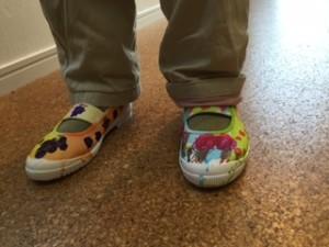 まめ3「ねこのピート」 踏んだ物の絵柄になる靴を履くねこのピート。 「さあ、みんなは何を踏んで、靴はどんな模様になったかな?」