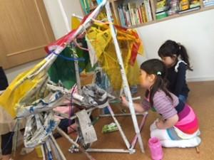 月1回アートクラス 「新聞紙でアートしよう」(共同制作) 丸めた新聞紙を自由に組んで立体アートを作成。 「未来の自転車」の完成。