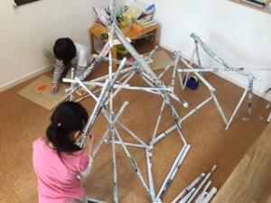 月1回アート小学生クラス 「新聞紙アート」 小学生になると強度にも気を配れます。