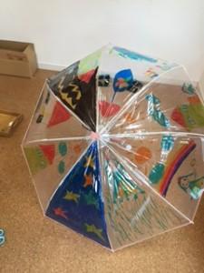 てるてる坊主を主人公にした物語になっている傘。ステキなアイディア。