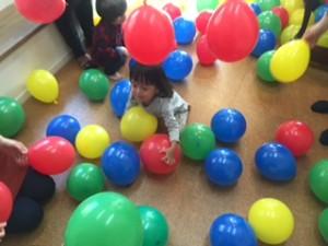 「風船パーティー」まめ1クラス 鈴が入っているラッキー風船を探して!