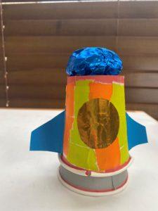輪ゴムを使ってぴょ~んと飛び上がるロケットですね!色を塗るのではなくて、折り紙をちぎって貼ったところがgood!